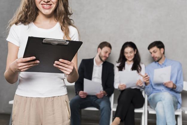 Vista frontal de la mujer de recursos humanos y empleados potenciales Foto Premium