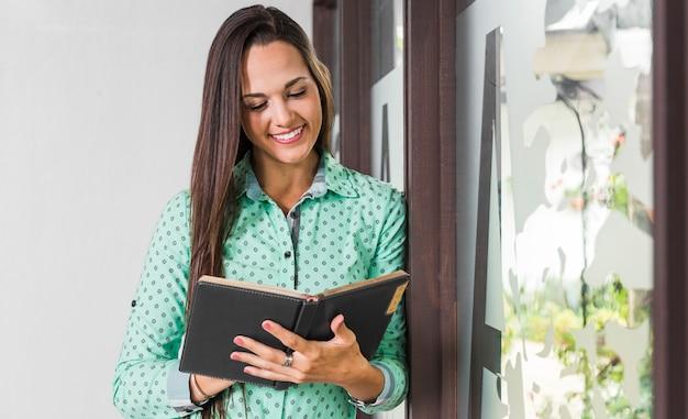 Vista frontal mujer revisando sus notas Foto gratis