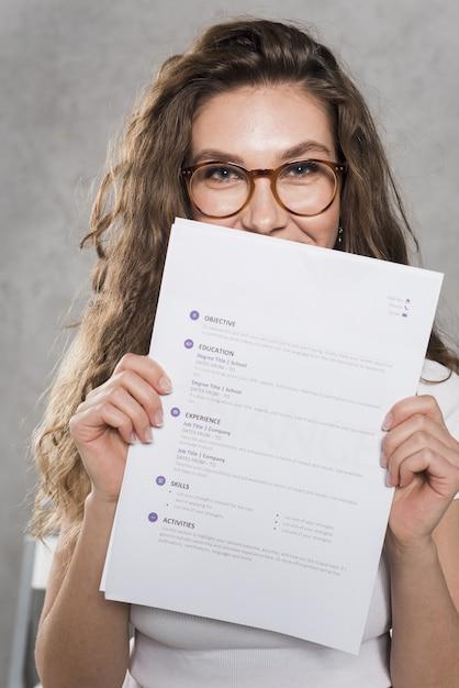 Vista frontal de la mujer sosteniendo su currículum Foto Premium
