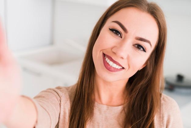 Vista frontal mujer tomando una foto de uno mismo Foto Premium
