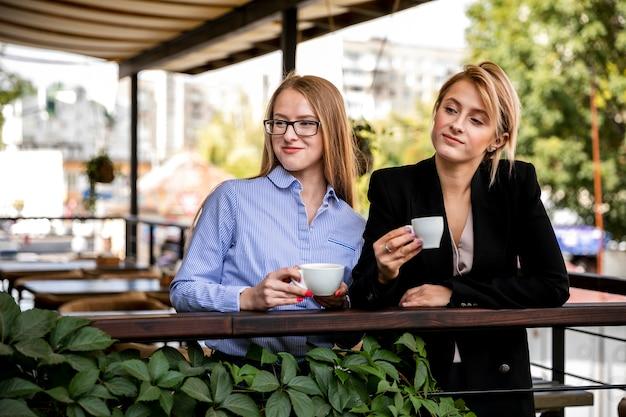 Vista frontal de las mujeres en coffee break Foto gratis