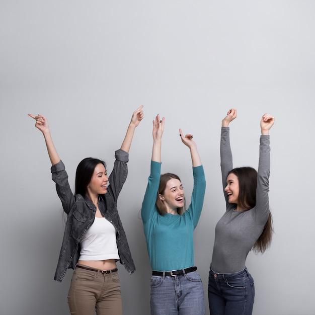 Vista frontal mujeres jóvenes felices juntos Foto gratis