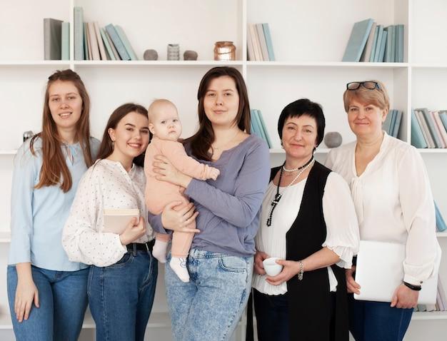 Vista frontal de mujeres y niños en interiores Foto gratis
