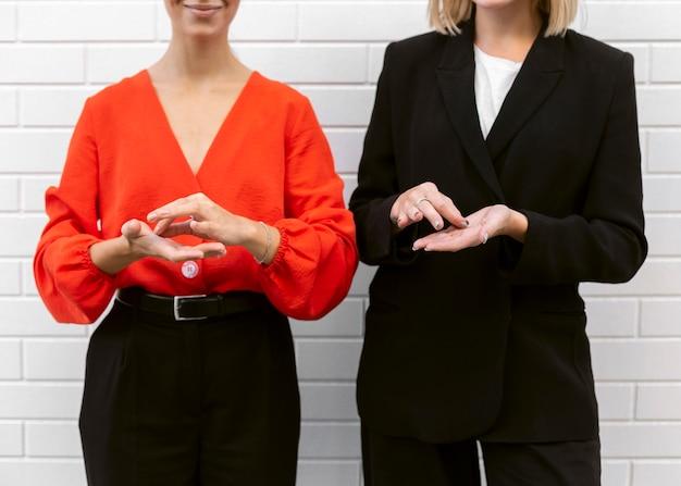 Vista frontal, de, mujeres, utilizar, lenguaje de señas Foto gratis
