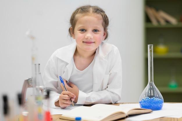 Vista frontal, niña, aprendizaje, ciencia Foto gratis