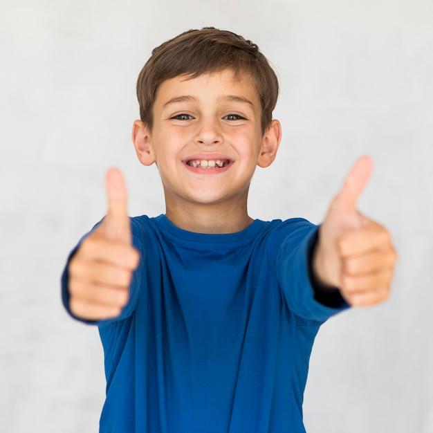 Vista frontal niño expresando su aprobación Foto gratis