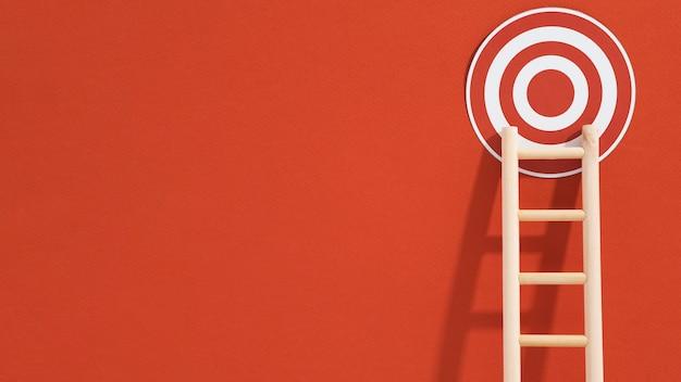 Vista frontal del objetivo con escalera y espacio de copia Foto Premium