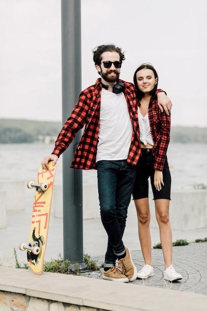 Vista frontal de una pareja encantadora Foto gratis