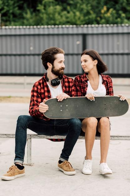 Vista frontal de la pareja con trajes a juego Foto gratis