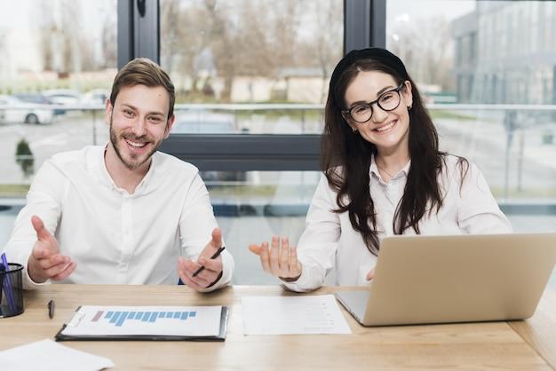 Vista frontal de personas sonrientes de recursos humanos que sostienen una entrevista Foto Premium