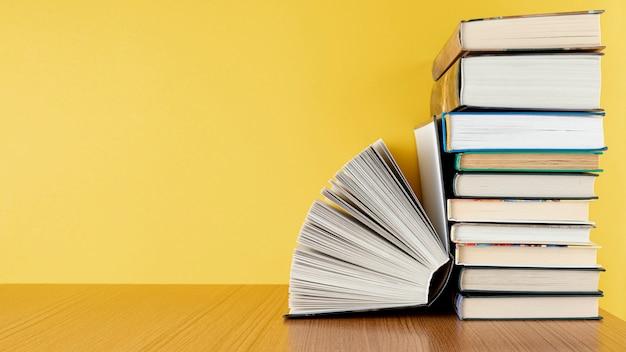 Vista frontal pila de libros con espacio de copia Foto gratis