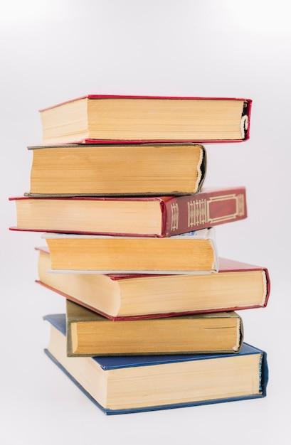 Vista frontal pila de libros Foto gratis