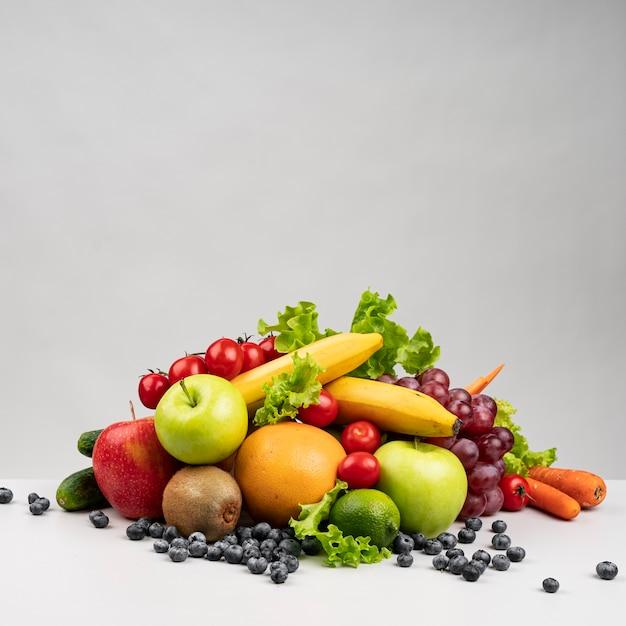 Vista frontal de la pirámide de alimentos saludables Foto gratis