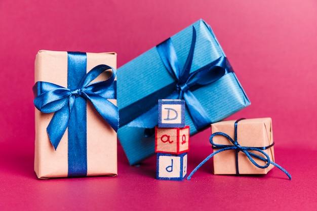 Vista frontal regalos del día del padre sobre la mesa Foto Premium