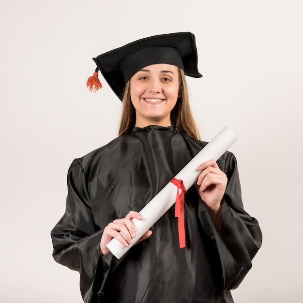 Vista frontal retrato de mujer joven graduándose Foto gratis