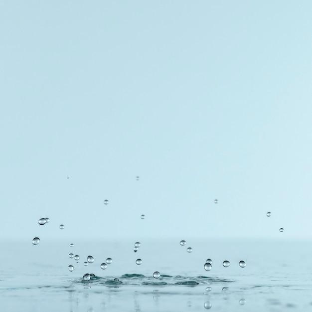 Vista frontal de salpicaduras de agua con espacio de copia Foto Premium
