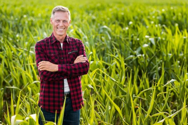 Vista frontal smiley agrónomo Foto gratis