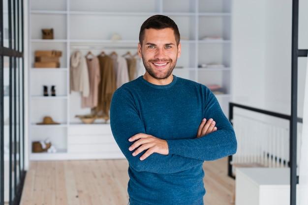 Vista frontal sonriente hombre mirando a cámara Foto gratis