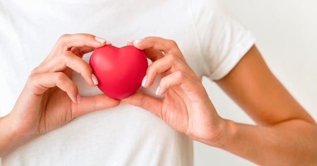 Vista frontal, de, valor en cartera de mujer, forma corazón Foto gratis