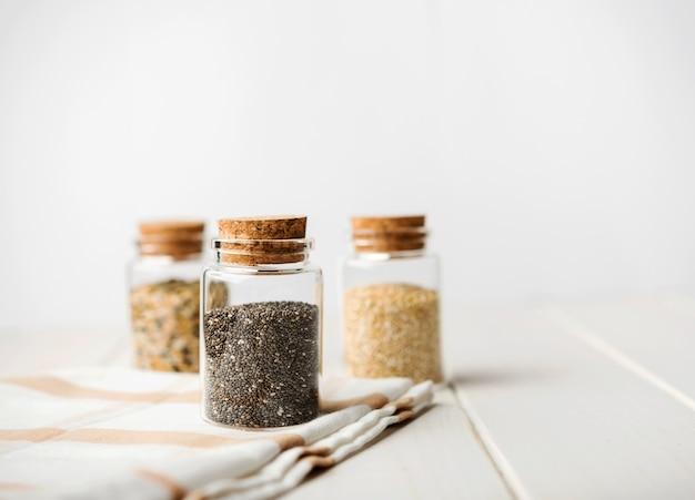 Vista frontal de varios tipos de semillas. Foto gratis