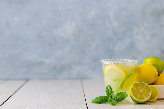 Vista frontal del vaso de limonada con menta y cítricos Foto gratis