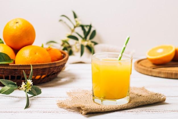 Vista frontal de zumo de naranja casero. Foto gratis