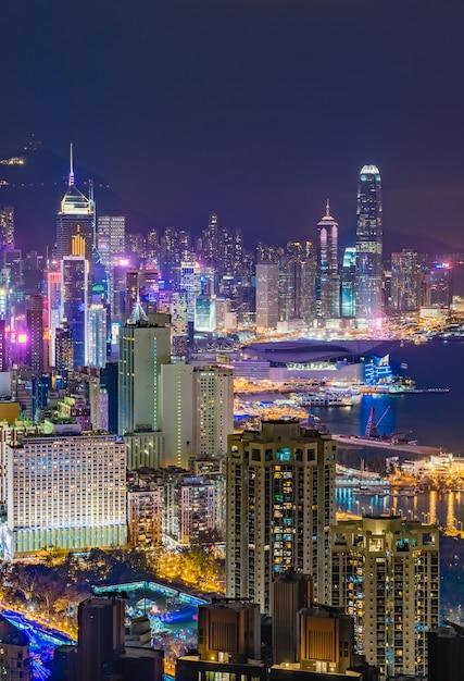 Vista del horizonte de la ciudad de hong kong, capturada alrededor de la puesta de sol desde la cima de la colina braemar. Foto Premium