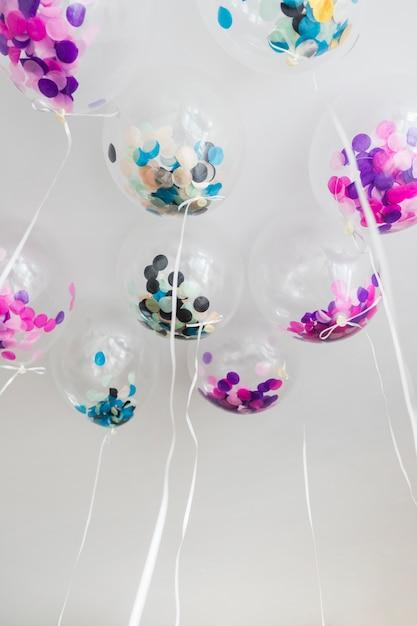 Vista inferior globos transparentes con confeti dentro Foto gratis