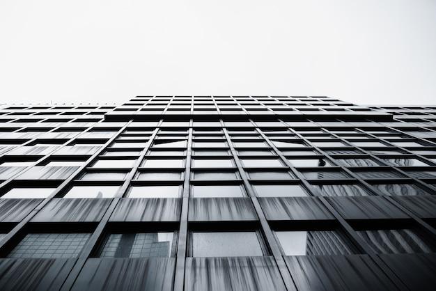 Vista inferior del moderno edificio de gran altura Foto gratis