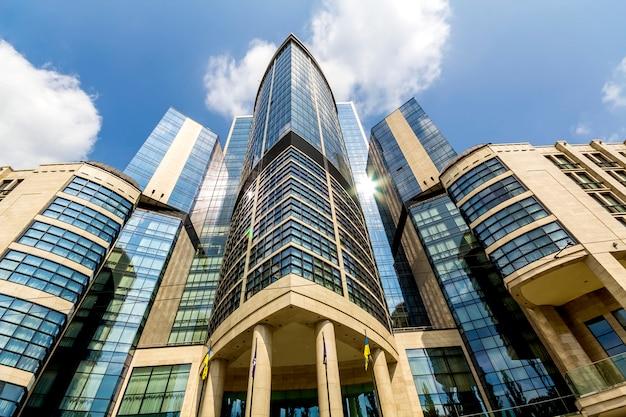 Vista inferior de modernos rascacielos en el distrito financiero Foto Premium