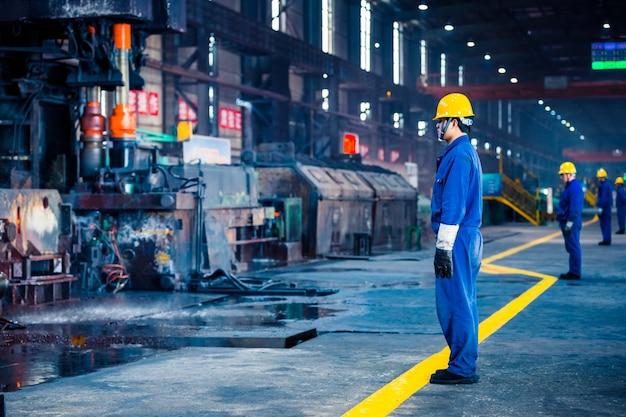 Vista interior de una fábrica de acero Foto gratis
