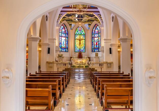 Vista interior de la hermosa iglesia colorida con bancas vacías Foto Premium