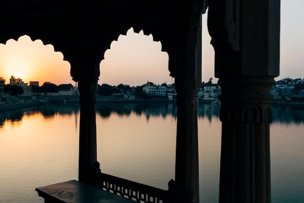 Vista del lago pushkar en rajasthan, india Foto gratis