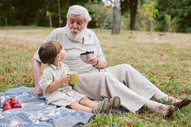 Vista lateral con abuelo y nieto Foto gratis