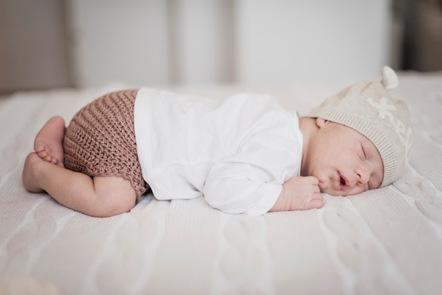 Vista lateral adorable niño pequeño durmiendo Foto gratis