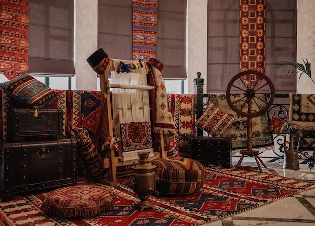 Vista lateral de una alfombra tradicional tejida sobre una alfombra de telar vertical de pared oriental Foto gratis