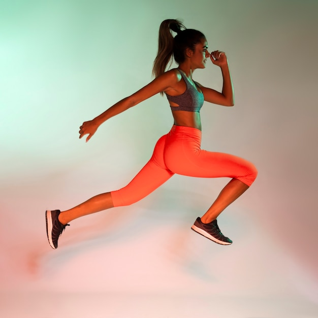 Vista lateral del atleta corriendo Foto gratis