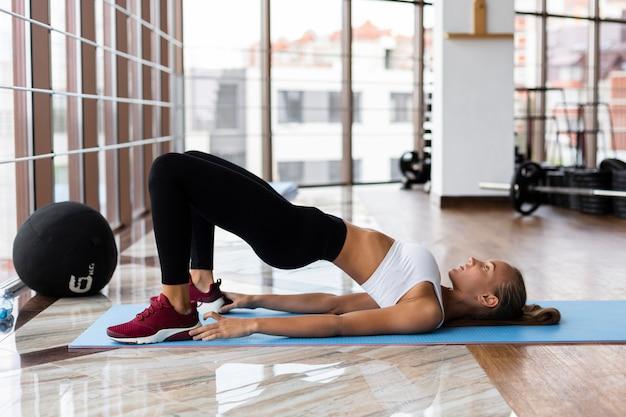 Vista lateral del atleta en entrenamiento de gimnasio Foto gratis