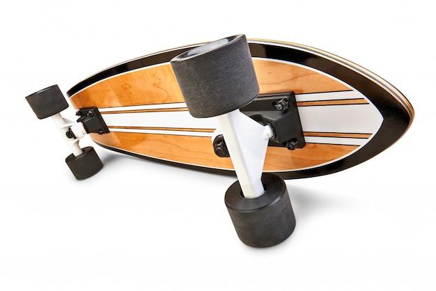 Vista lateral dinámica de una tabla de skate negra y de madera aislada Foto Premium