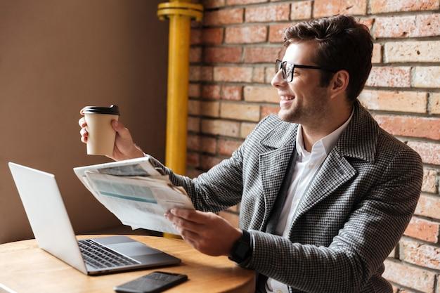 Vista lateral del empresario alegre en anteojos Foto gratis