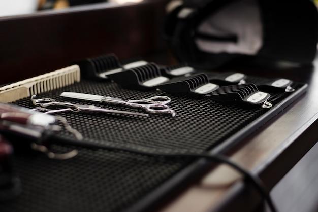 Vista lateral esencial de peluquería profesional Foto Premium