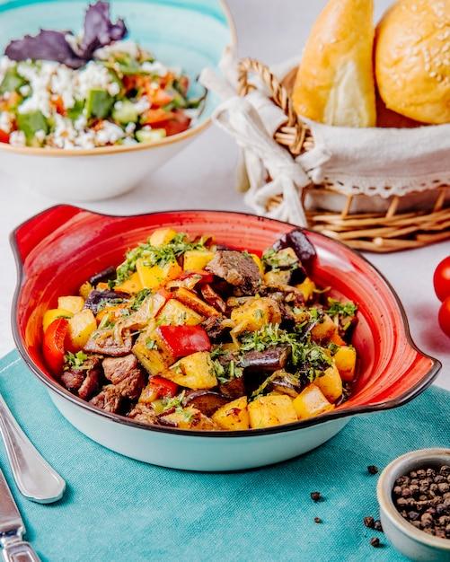 Vista lateral de estofado de carne y verduras sobre la mesa Foto gratis