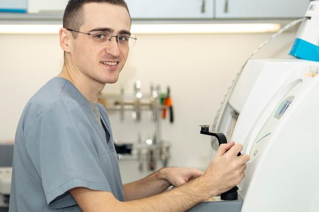 Vista lateral del hombre con gafas trabajando en equipos Foto gratis