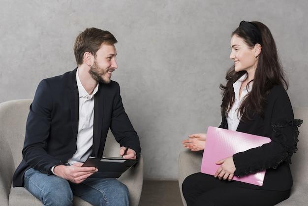 Vista lateral del hombre siendo entrevistado para un puesto de trabajo Foto Premium