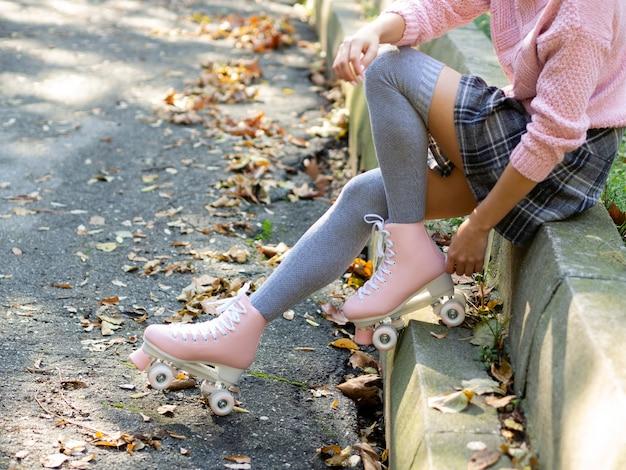 Vista lateral de la mujer en calcetines y patines Foto gratis