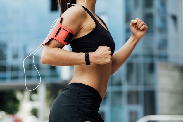 Vista lateral de la mujer corriendo Foto gratis