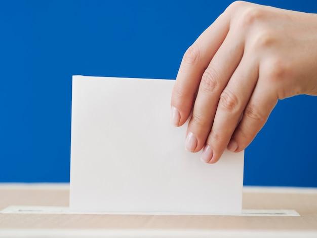 Vista lateral de una mujer involucrada en una maqueta electoral Foto gratis
