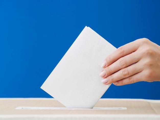Vista lateral de una mujer involucrada en una maqueta política Foto Premium