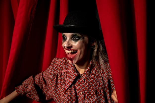 Vista lateral de la mujer de maquillaje de halloween riendo Foto gratis