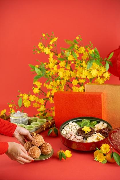 Vista lateral de la mujer recortada trayendo platos tradicionales para la cena navideña Foto gratis